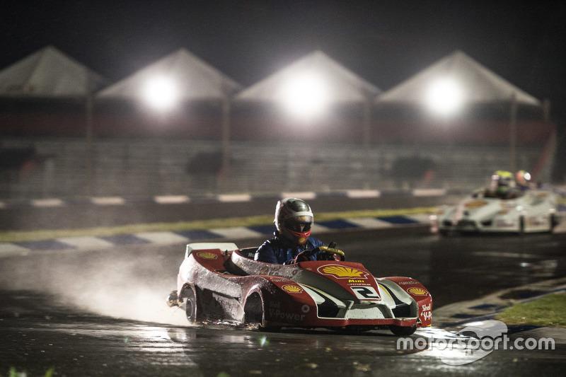 À noite, pilotos enfrentaram pista molhada