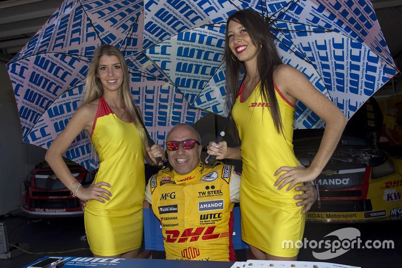 Tom Coronel, Chevrolet RML Cruze TC1, ROAL Motorsport dengan grid girl