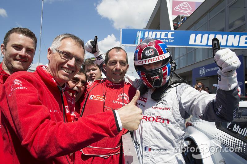 Juara balapan Yvan Muller, Citroën C-Elysee WTCC, Citroën World Touring Car team, dan Carlos Taveres, Chairman of the Managing Board of PSA Peugeot Citroën