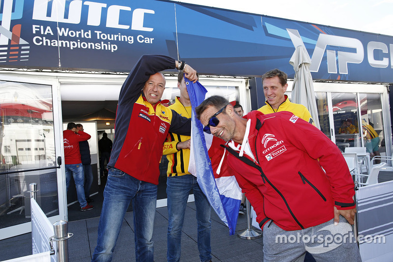 Sébastien Loeb, Citroën C-Elysee WTCC, Citroën World Touring Car team , dan Tom Coronel, Chevrolet RML Cruze TC1, ROAL Motorsport