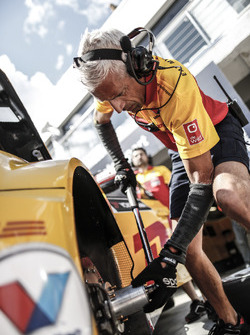 Lada Sport Rosneft mechanics at work