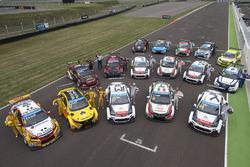 Gruppenfoto mit den Fahrern und ihren Fahrzeugen
