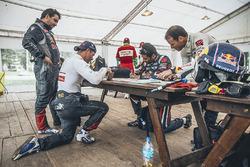 Contrôle des passeports de Sébastien Loeb, Daniel Elena, Nasser Al-Attiyah et Matthieu Baumel