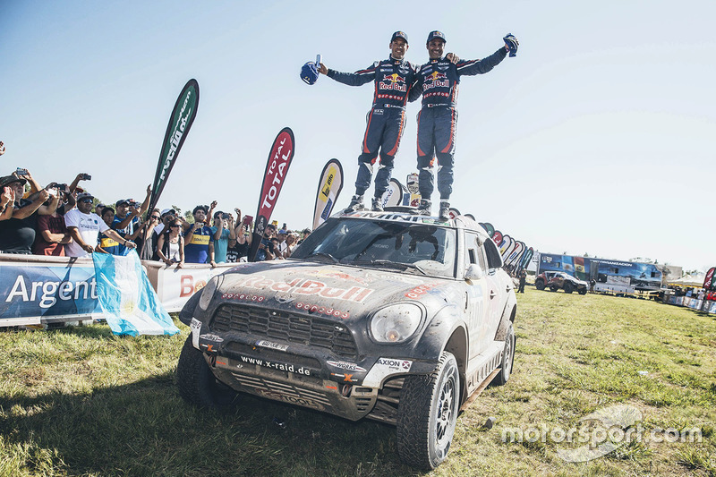 Segundo lugar de la categoría de autos Nasser Al-Attiyah y Matthieu Baumel
