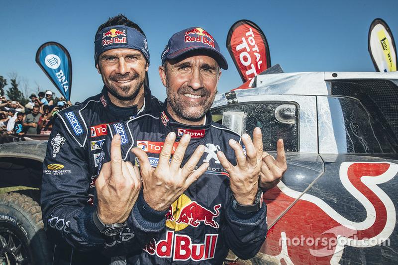 8. Ganador de la categoría coches Stéphane Peterhansel con su compañero de equipo Cyril Despres, Peugeot Sport
