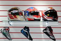 F1 车手头盔、赛车鞋展示