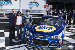 El ganador de la pole, Chase Elliott, Hendrick Motorsports Chevrolet con su padre Bill Elliott y madre