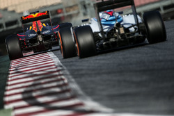 Daniel Ricciardo, Red Bull Racing RB12 and Valtteri Bottas, Williams FW38