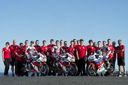 Nicky Hayden, Honda WSBK Team; Michael van der Mark, Honda WSBK Team; P.J. Jacobsen, Honda WSS Team mit dem gesamten Team