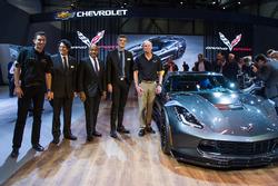 Oliver Gavin, Harlan Charles, Ed Welburn, Ryan Vaughan en Tadge Juechter, met de 2017 Corvette Grand Sport