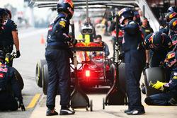 Daniel Ricciardo, Red Bull Racing RB12, oefent een pitstop