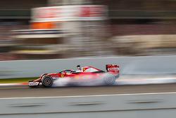 Kimi Raikkonen, Ferrari SF16-H, con la cubierta de la cabina de Halo, se bloquea en la frenada