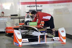 L'auto di Nick Heidfeld, Mahindra Racing nel box