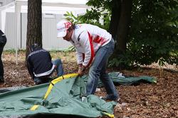 Timo Glock, Toyota F1 Team erecting a tent