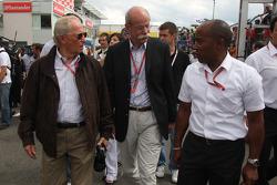 Prof. Jurgen Hubbert, Board, Management DaimlerChrysler ve Dr. Dieter Zetsche, Yönetim Kurulu Başkanı, Daimler ve Anthony Hamilton, babası, Lewis Hamilton