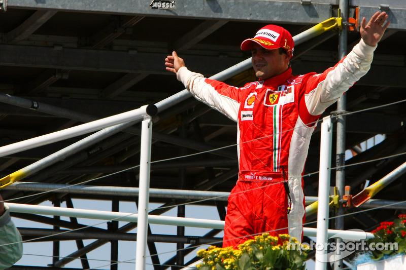Podium : le vainqueur de la course Felipe Massa savoure
