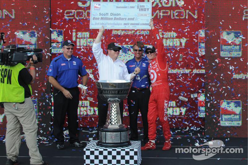 Le champion IndyCar Series 2008 Scott Dixon, et Chip Ganassi tiennent le chèque de $1,000,000 de Terry Angstadt et Biran Barnhart