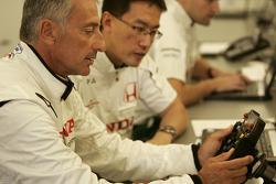 Риккардо Патрезе изучает руль гоночного автомобиля Honda RA107