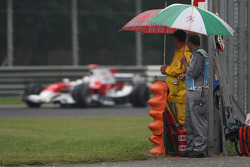 Jarno Trulli, Toyota Racing, TF108, marshalls
