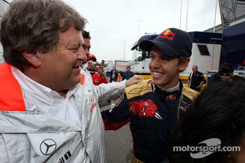 Ganador de la carrera Sebastian Vettel celebra con Norbert Haug