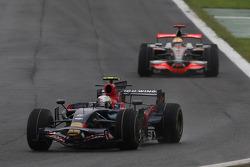Sebastian Vettel, Scuderia Toro Rosso, STR03 por delante de Lewis Hamilton, McLaren Mercedes, MP4-23