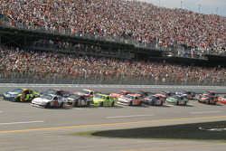 Start: Travis Kvapil and Casey Mears lead the field