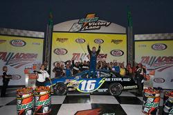Le vainqueur de la course Justin Allgaier en pleine célébration
