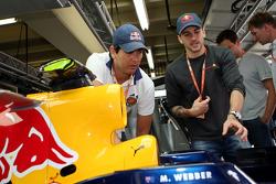 Stock otomobil pilotu s Carlos Bueno ve Daniel SerrRed Bull Racing garajı