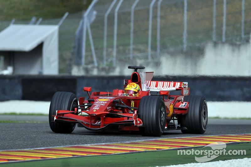 Valentino Rossi mengemudikan Ferrari F2008 di Mugello pada 2008