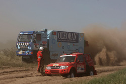 #372 Mitsubishi Pajero: Laszlo Liszi and Jozsef Fenesi, #522 MAN M2000 18.280: Elisabete Jacinto, Alvaro Velhinho and Marco Cochinho