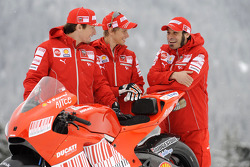 Нікі Хейден, Кейсі Стоунер та Вітторіано Гуарескі з новим Ducati Desmosedici GP9
