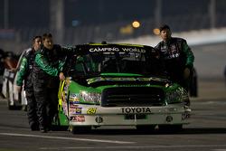 Le truck Toyota de David Starr est ammené à la grille de départ
