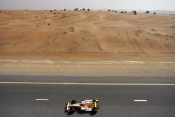 Romain Grosjean und Adam Khan fahren Formel-1-Autos von Renault über einen Highway in Dubai