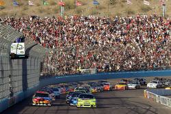 Start: Mark Martin, Hendrick Motorsports Chevrolet and Kyle Busch, Joe Gibbs Racing Toyota lead the field