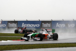 Адриан Сутиль, Force India F1 Team едет впереди Себастьена Бурдэ, Scuderia Toro Rosso