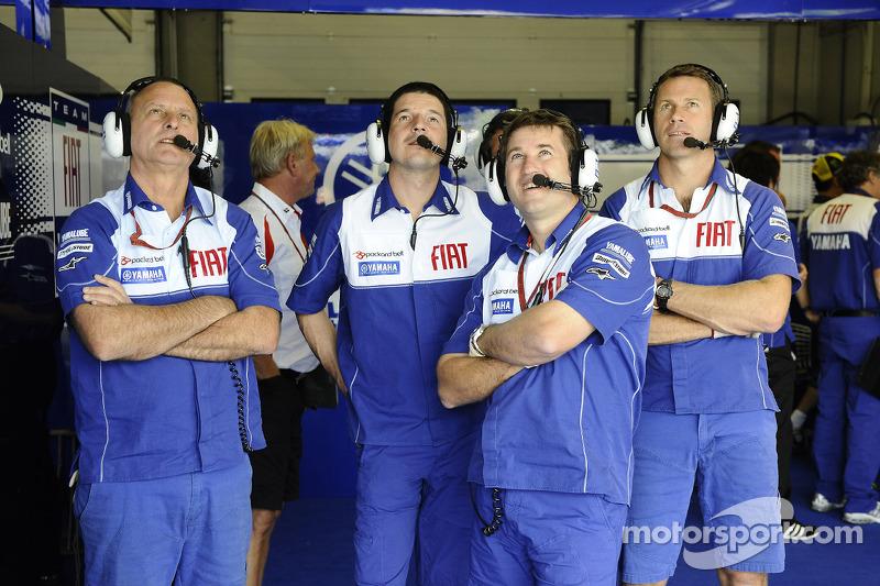 Miembros del equipo Fiat Yamaha ven la acción de la práctica