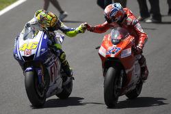 Победитель гонки - Валентино Росси, Fiat Yamaha Team празднует с Кейси Стоунером, Ducati Marlboro Team