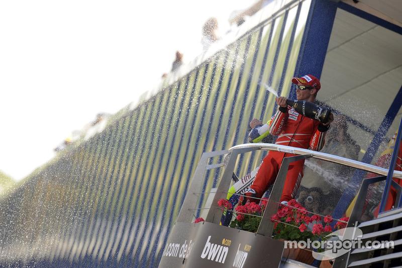 Podio: tercer lugar Casey Stoner, Ducati Marlboro Team es una fábrica de champagne