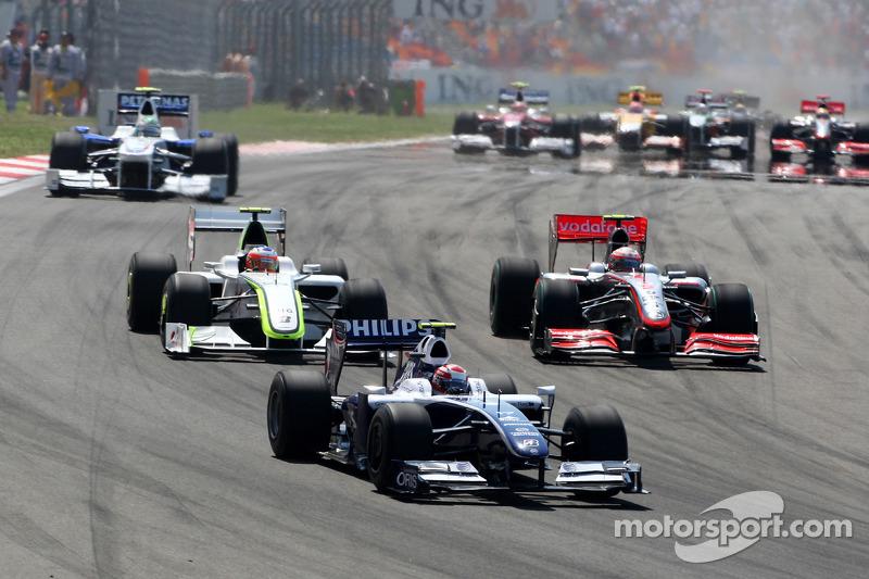 Казукі Накадзіма (Williams Toyota) попереду Хейккі Ковалайнена (McLaren Mercedes) і Рубенса Баррікелло (Brawn Mercedes)