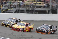 Denny Hamlin, Joe Gibbs Racing Toyota, Kevin Harvick, Richard Childress Racing Chevrolet, Elliott Sadler, Richard Petty Motorsports Dodge