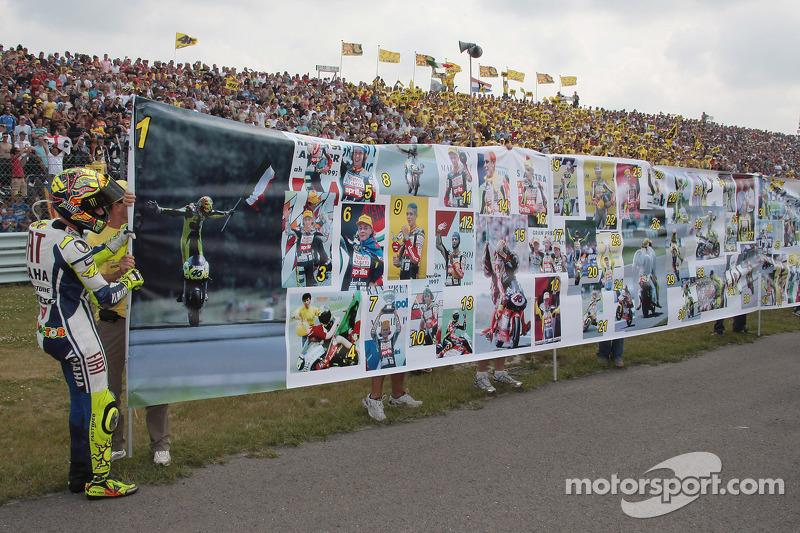Valentino Rossi merayakan kemenangan ke-100