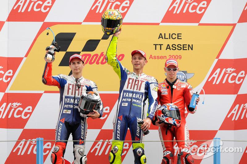Podio: 1º Valentino Rossi, 2º Jorge Lorenzo, 3º Casey Stoner