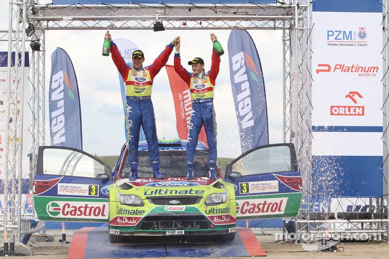 Podium : Les vainqueurs Mikko Hirvonen et Jarmo Lehtinen savourent