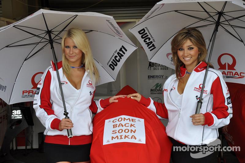 Chicas de Pramac Racing con un mensaje a Mika Kallio