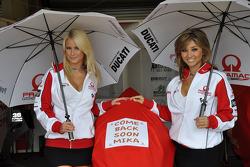Pramac Racing girls with a message to Mika Kallio