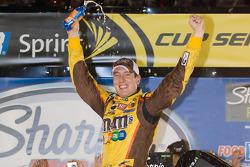 Sieger Kyle Busch, Joe Gibbs Racing Toyota jubelt