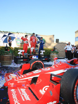 Podium: race winner Dario Franchitti, Target Chip Ganassi Racing, second place Ryan Briscoe, Team Penske, third place Mike Conway, Dreyer & Reinbold Racing