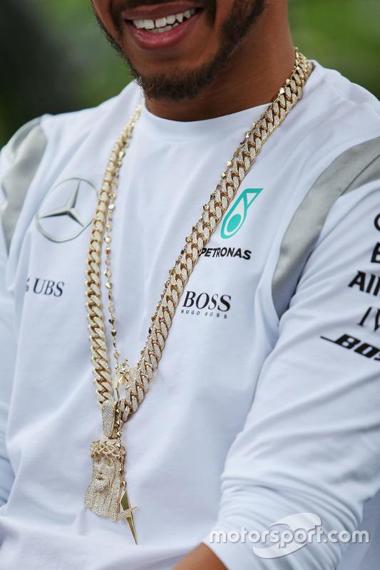 Lewis Hamilton e sua corrente chamativa