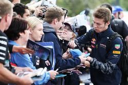 Daniil Kvyat, Red Bull Racing, schreibt Autogramme für die Fans