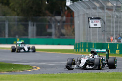 Льюис Хэмилтон, Mercedes AMG F1 Team W07 еде впереди Нико Росберга, Mercedes AMG F1 Team W07